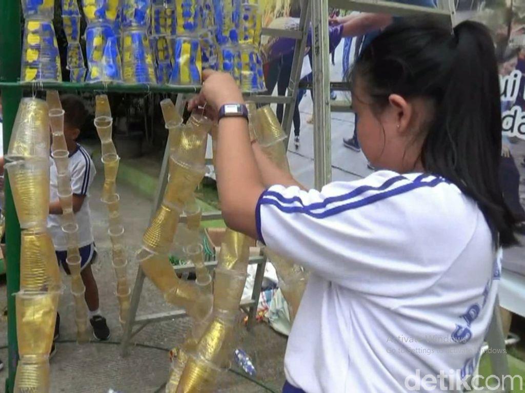 Siswa SD di Jambi Buat Pohon Natal Raksasa dari Limbah Plastik