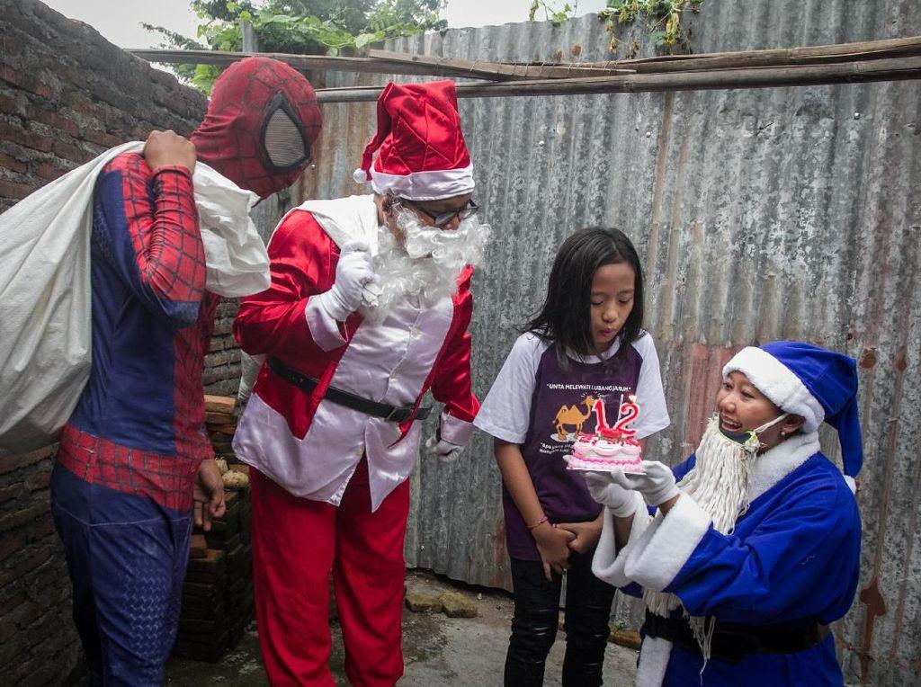 Duet Sinterklas dan Spiderman Bagikan Kado Natal di Solo