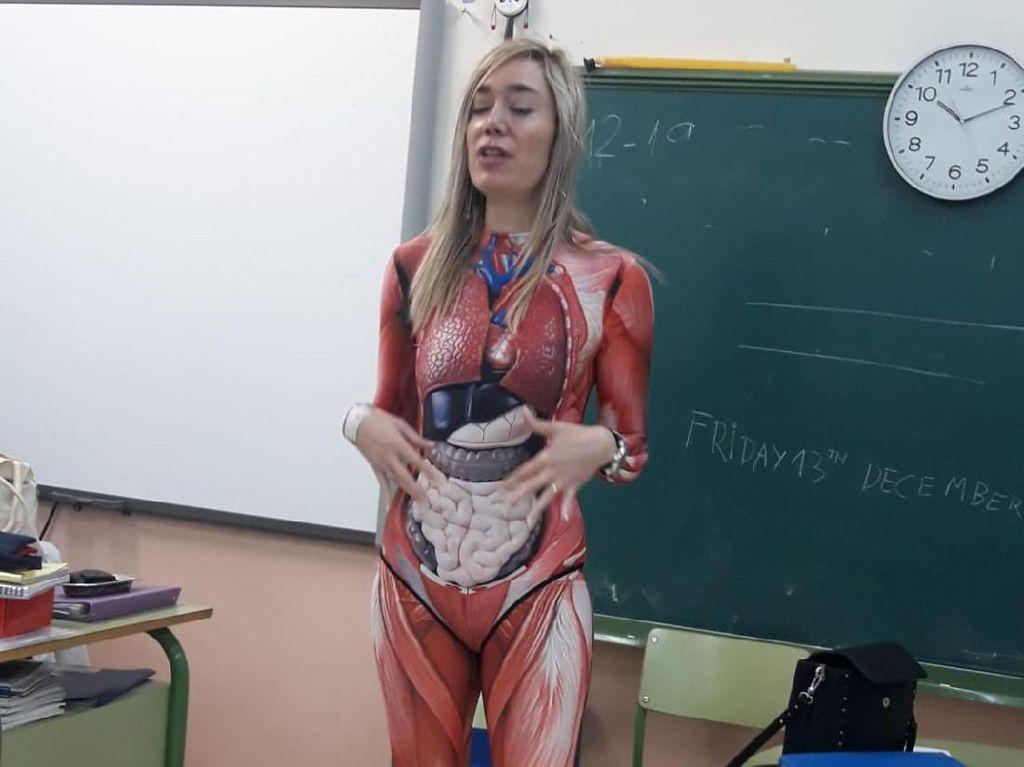 Terpopuler: Viral Guru Cantik Mengajar Anatomi dengan Kostum Organ Tubuh