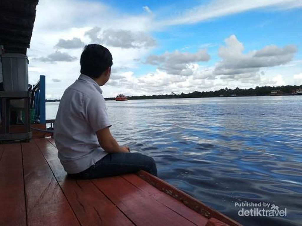 Sedamai Ini Bersantai di Tepi Sungai Mentaya Sampit