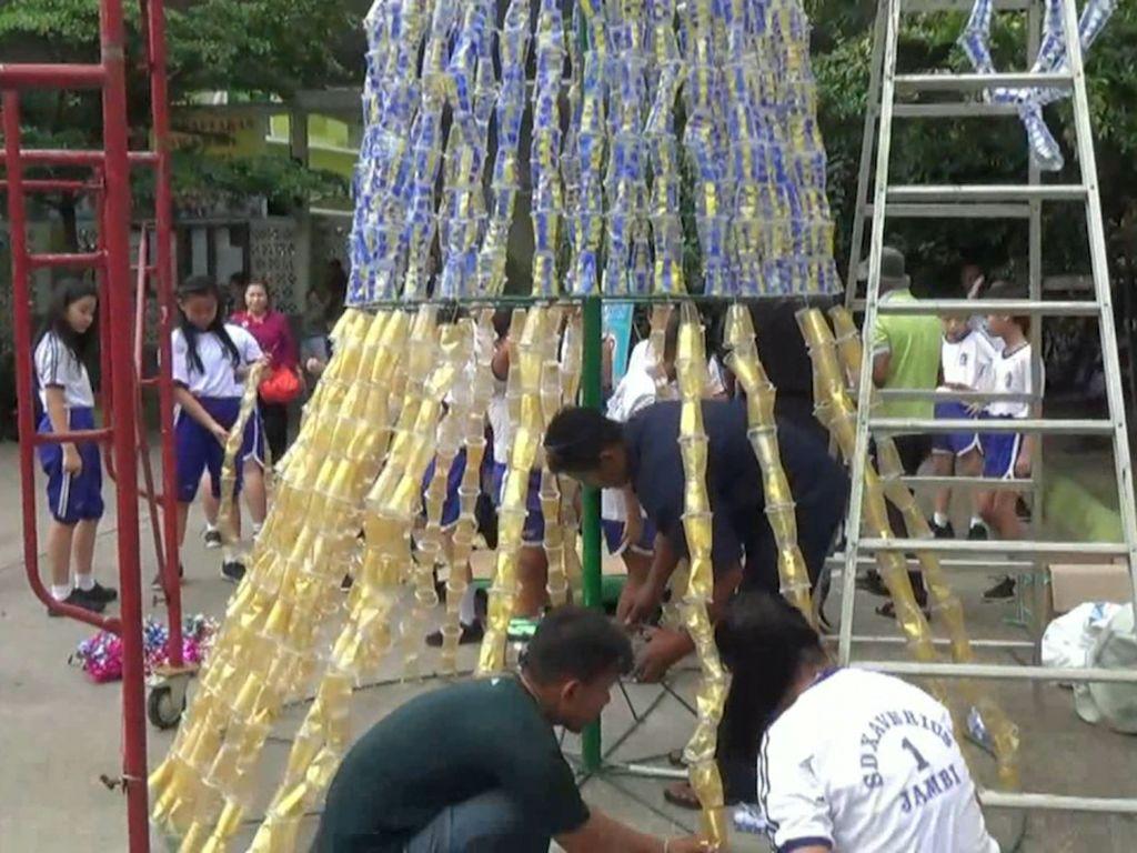 Lewat Pohon Natal Plastik, Murid SD di Jambi Tunjukkan Toleransi