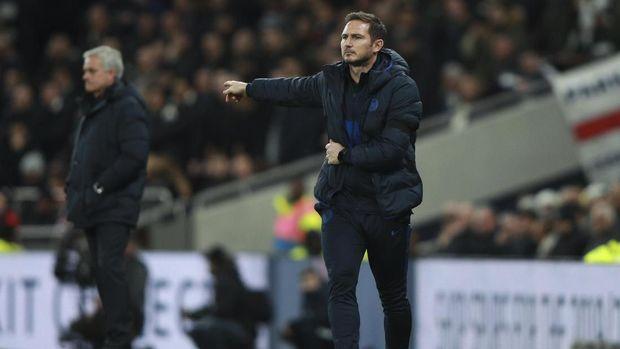 Frank Lampard saat memberi instruksi para pemain Chelsea. (