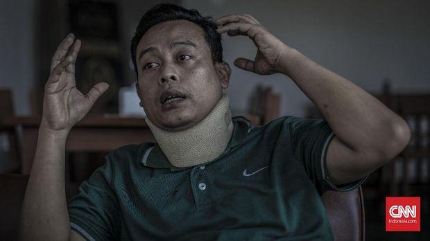 Salah satu korban selamat bom Kedubes Australia, Aiptu Ram Mahdi Maulana, 39 tahun, didampingi istrinya, Yudhi Septiantari, saat diwawancara redaksi CNNIndonesia.com, Bogor, Rabu, 11 Desember 2019. CNN Indonesia/Bisma Septalisma