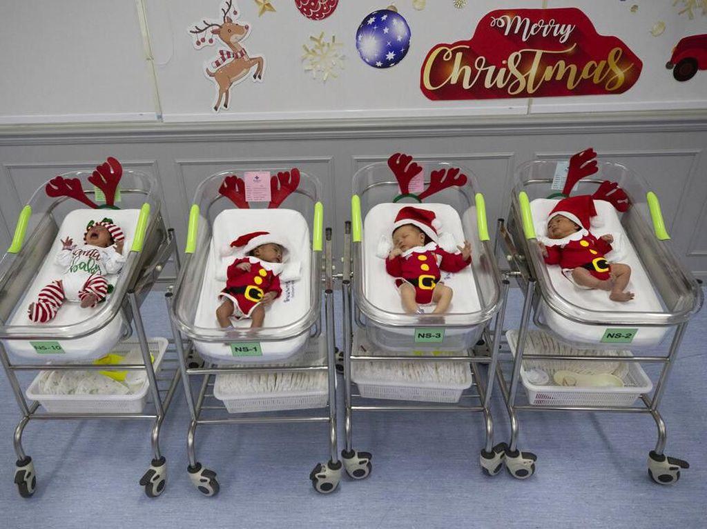 Gemas! Bayi di Thailand Pakai Kostum Sinterklas Untuk Sambut Natal