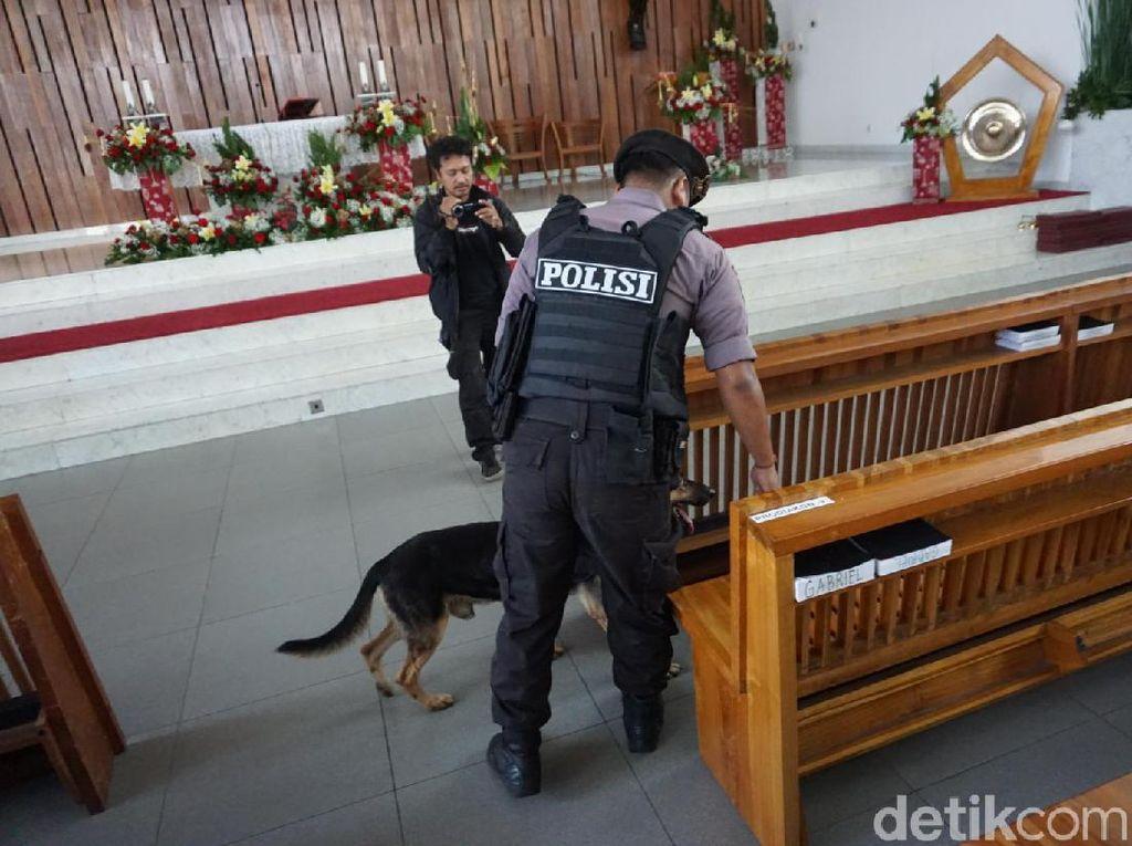 Polres Jaktim Sterilisasi Gereja di Pulo Gebang, Anjing Pelacak Dikerahkan