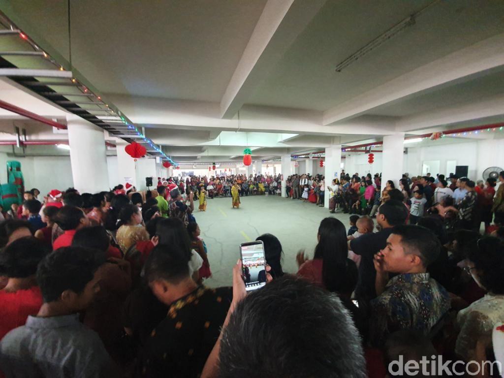 Natal Perdana di Gereja Santa Clara Bekasi, Jemaat Tampilkan Tari Daerah