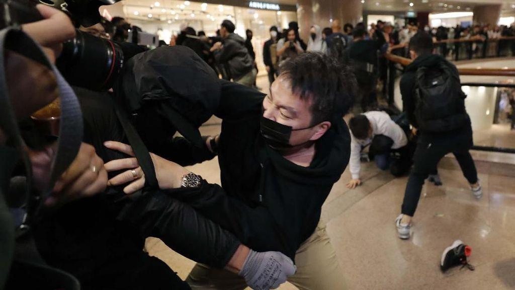 Polisi Hong Kong dan Demonstran Bentrok di Malam Natal