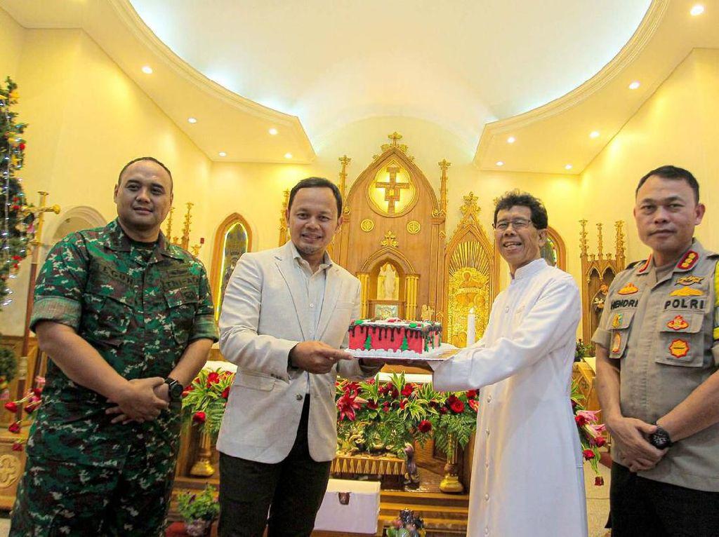 Kunjungi 5 Gereja, Walkot Bogor Ucapkan Selamat Natal & Bagi-bagi Kue