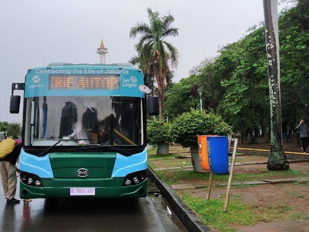 Melihat Antusias Warga Jajal Bus Listrik di Monas