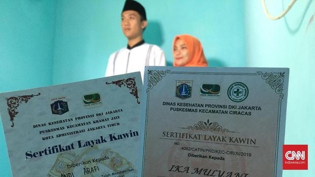 Sertifikat layak kawin salah satu pasangan calon pengantin peserta program nikah massal Pemprov DKI Jakarta, Selasa (24/12).