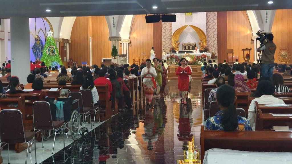 Potret Sukacita Jemaat Rayakan Natal Perdana di Gereja Santa Clara Bekasi
