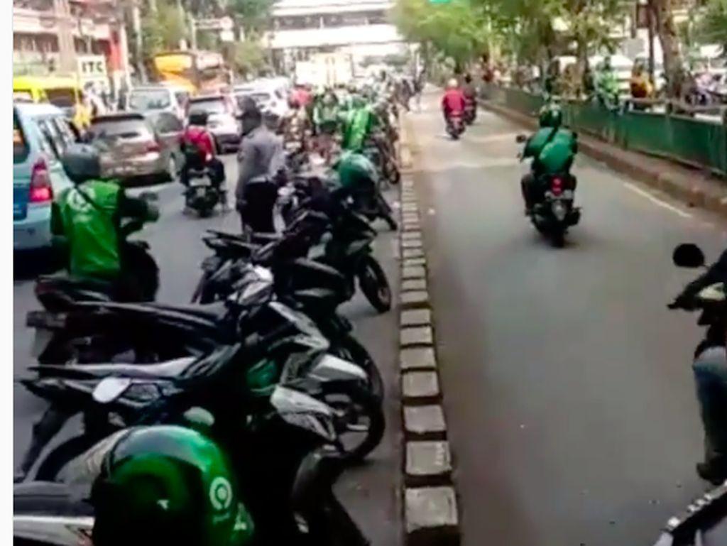 Konyol! Motor-motor ini Parkir di Tengah Jalan