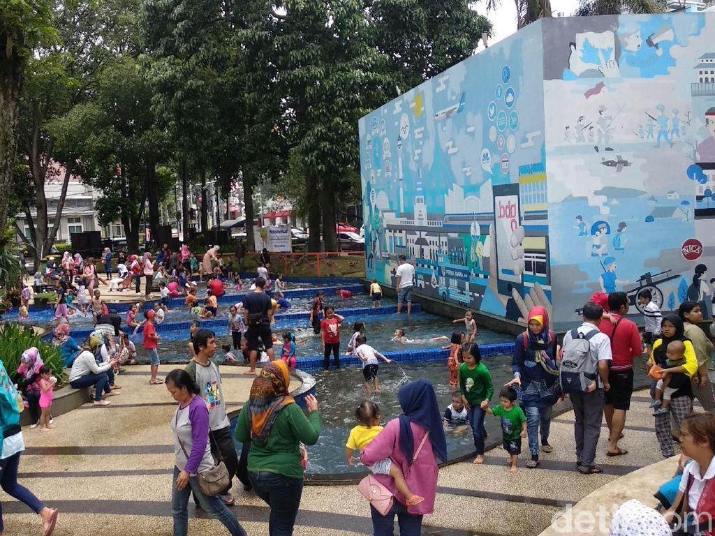 Libur Natal, Taman di Bandung Diserbu Warga