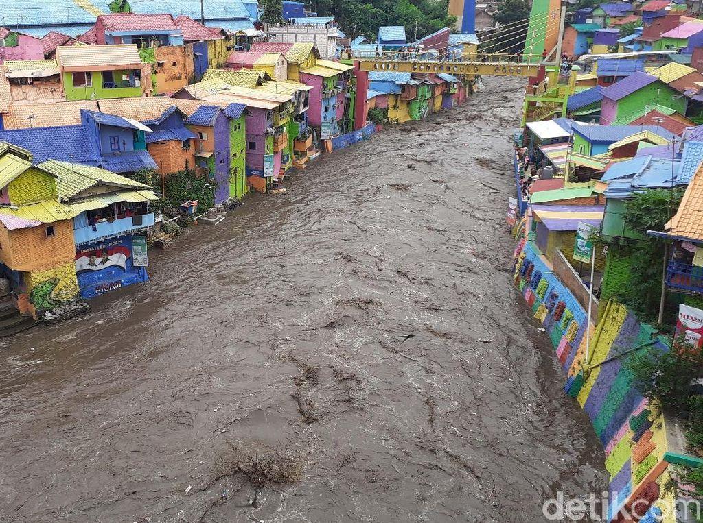 Kampung Warna-warni dan Meluapnya Sungai Brantas
