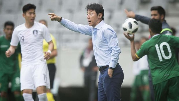 South Korea's coach Shin Tae-yong reacts during the international friendly football match between South Korea and Bolivia at Tivoli stadium in Innsbruck, Austria on June 07, 2018. (Photo by VLADIMIR SIMICEK / AFP)