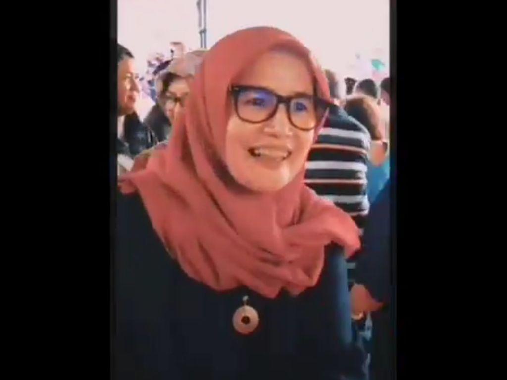Video Wanita Berjilbab Ucapkan Selamat Natal di Gereja