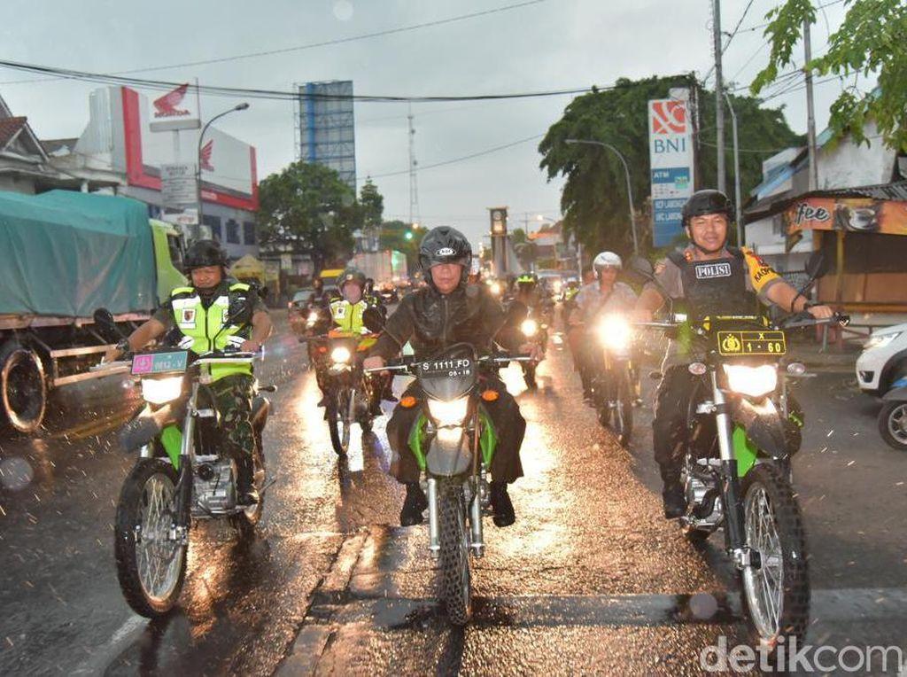 Meski Hujan, Tiga Pilar Lamongan Kompak Patroli Pakai Motor