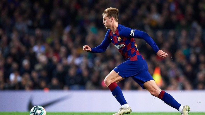 BARCELONA, SPAIN - DECEMBER 18: Frenkie De Jong of FC Barcelona runs with the ball during the Liga match between FC Barcelona and Real Madrid CF at Camp Nou on December 18, 2019 in Barcelona, Spain. (Photo by Alex Caparros/Getty Images)