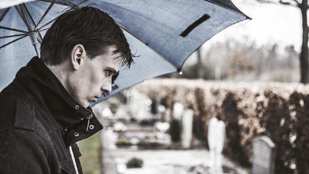Ilustrasi pria berduka