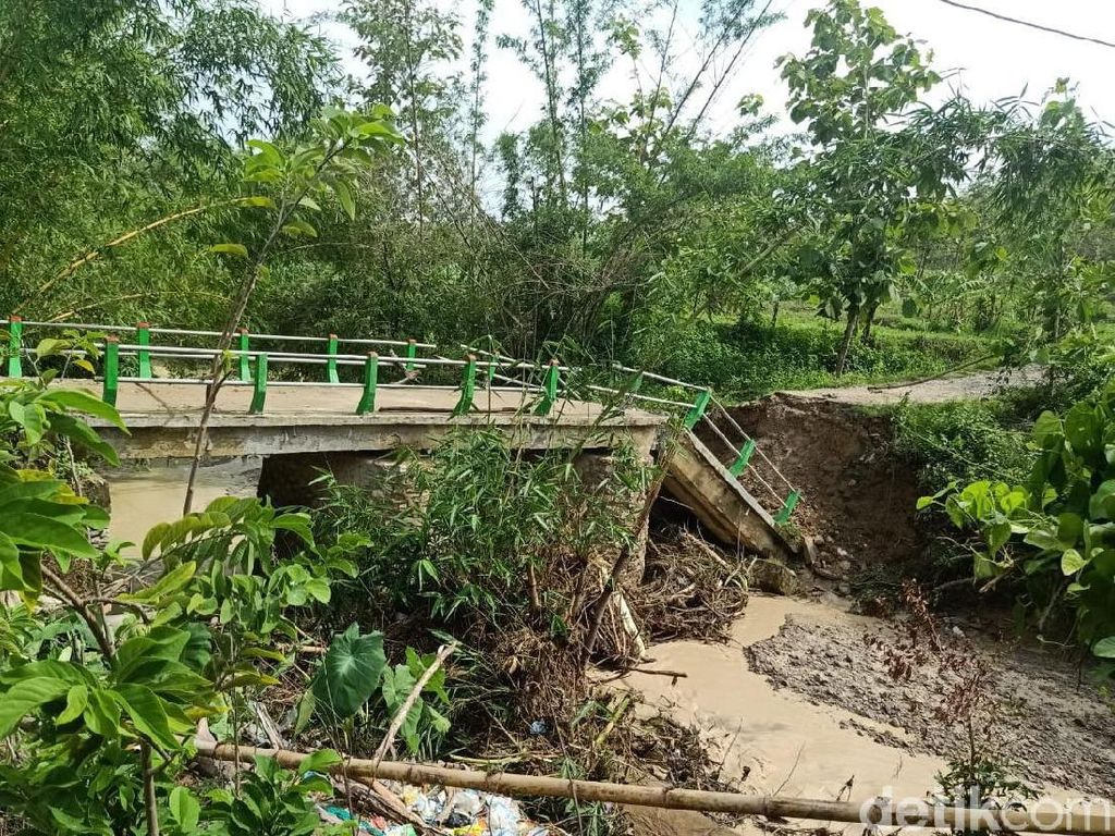 Jembatan di Bojonegoro Ambruk Akibat Banjir Bandang, Warga Terisolasi