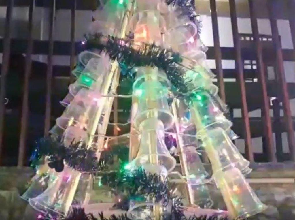 Unik! Lomba Membuat Pohon Natal dari Barang Bekas