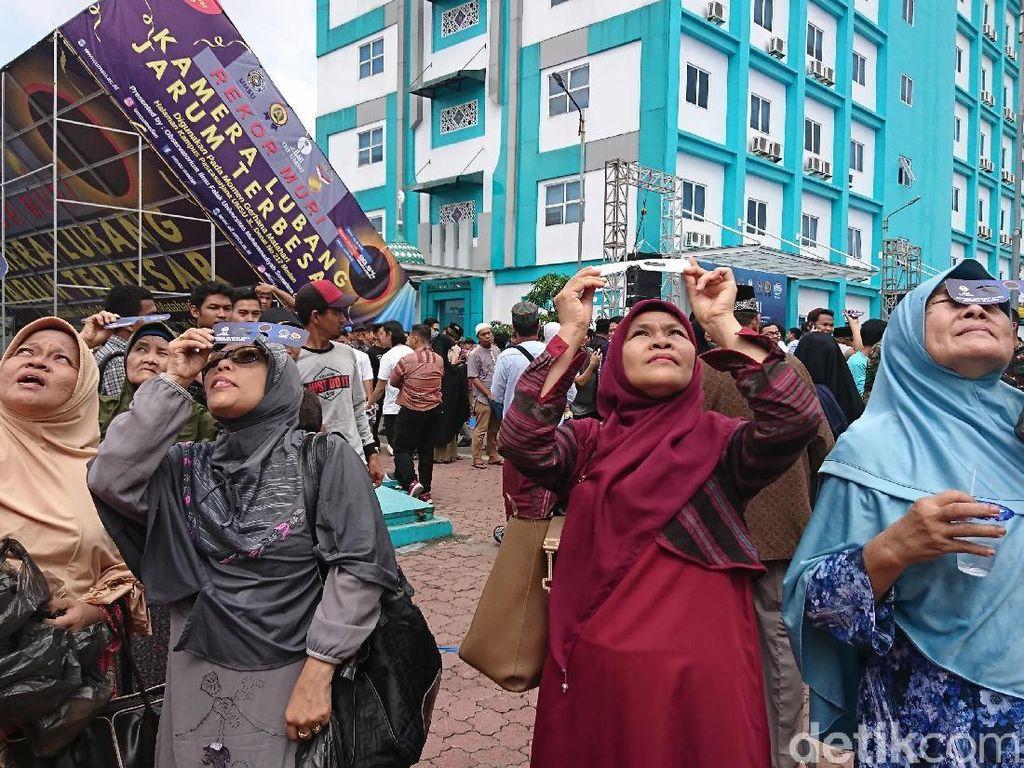Ribuan Warga Medan Antusias Memantau Gerhana Matahari di UMSU