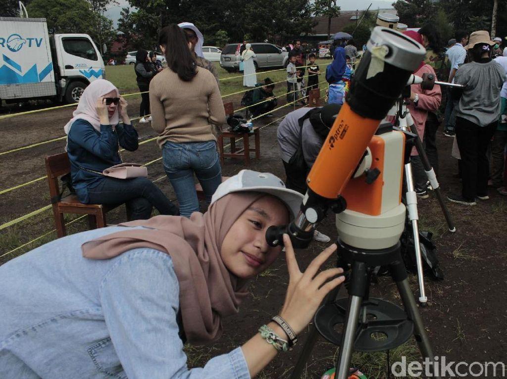 Antusiasme Warga Amati Gerhana Matahari Cincin di Lembang