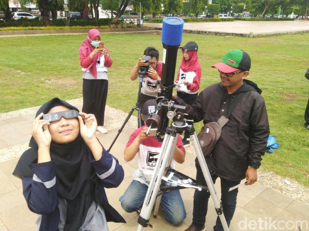 Pecinta Astronomi Pantau Gerhana Matahari di Simpang Lima Semarang