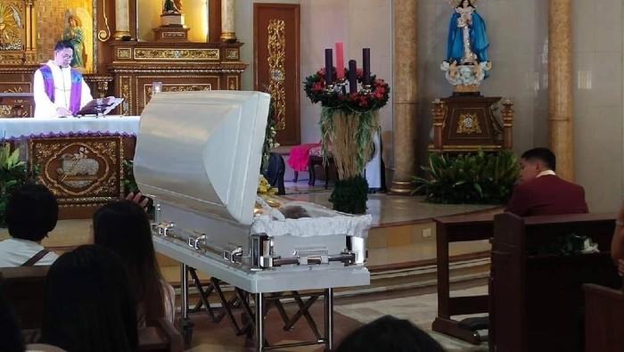 Jenazah Richielyn Jimenez mengenakan gaun pengantin di pemakaman. Foto: Facebook/ Kelvin Casidsid Semilla