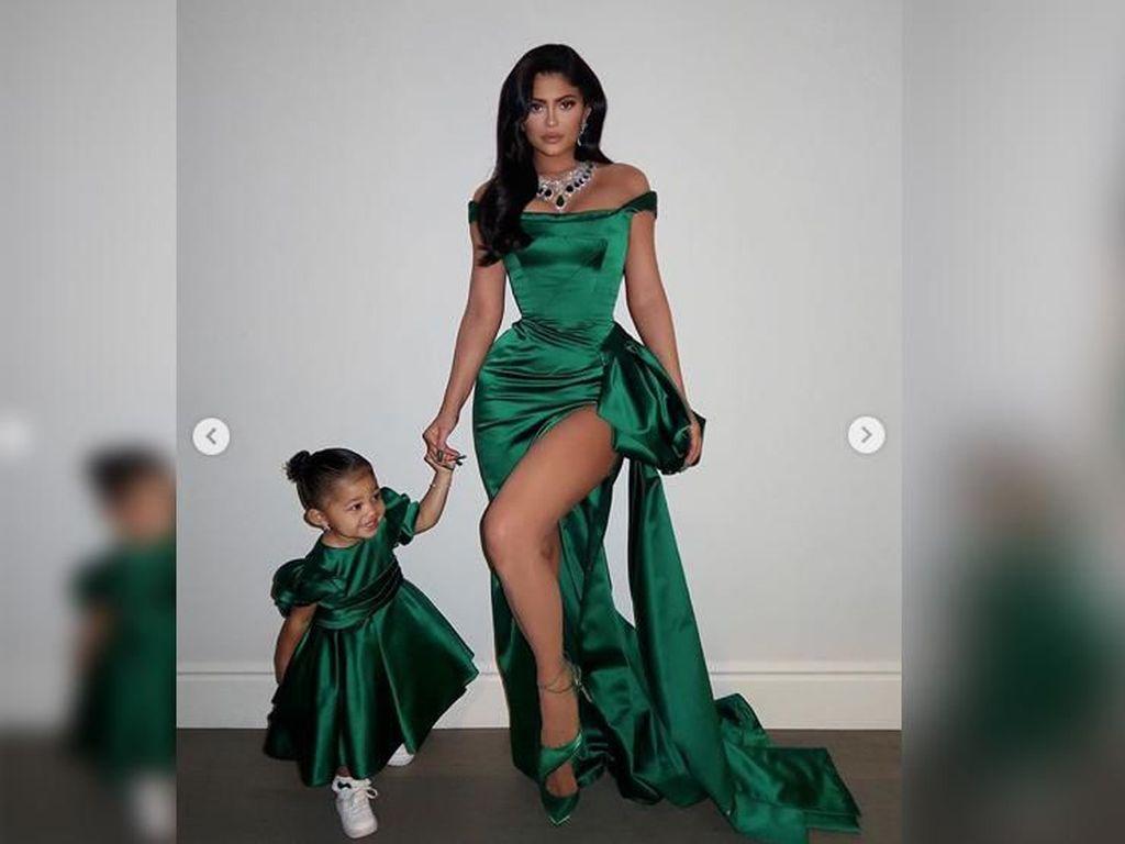 Kylie Jenner Dikritik karena Berikan Cincin Berlian ke Anak Balitanya