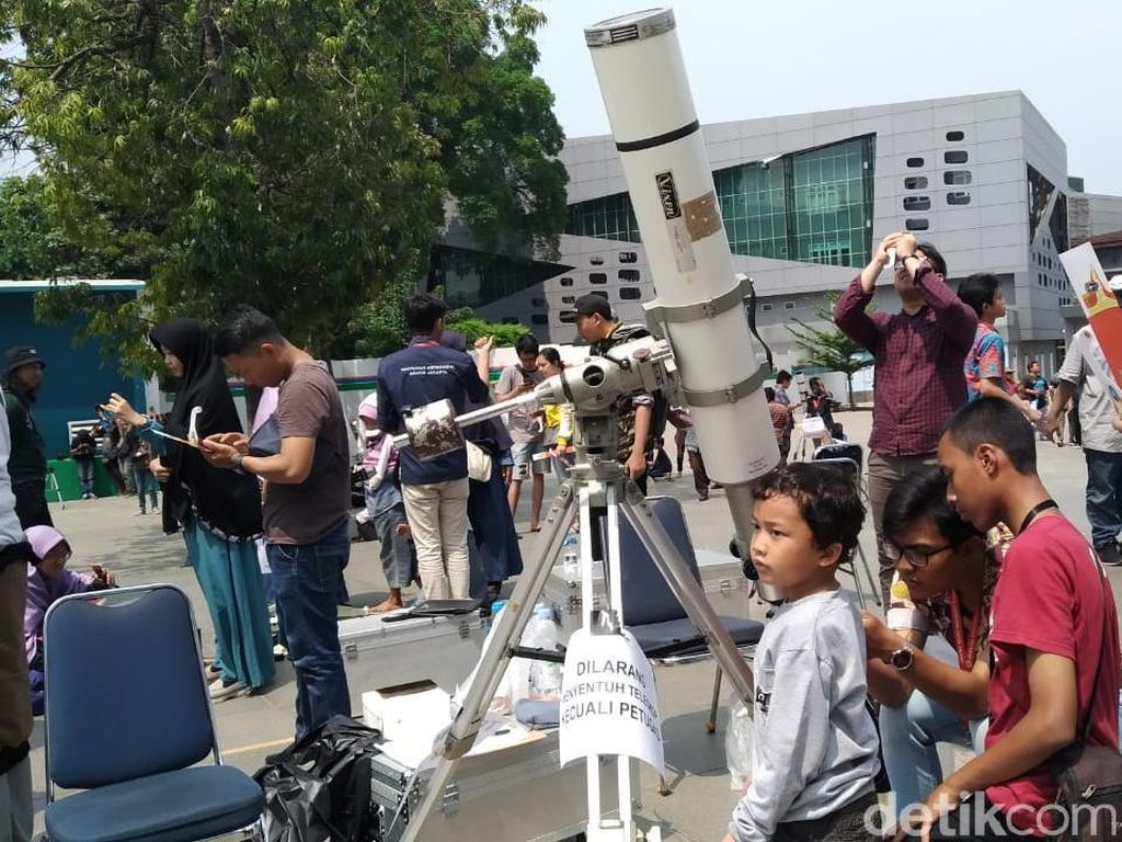 Warga Ramai Datang, TIM Bagikan 5.800 Kacamata Lihat Gerhana Matahari