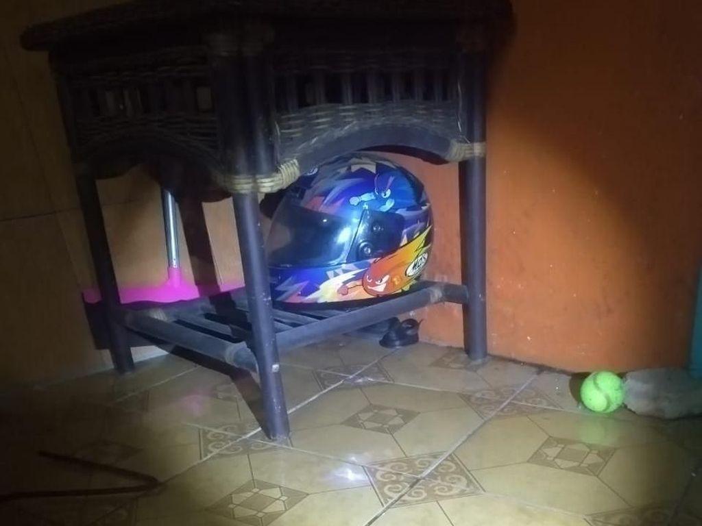 Ular Kobra Ditangkap di Teras Rumah Warga Depok, Hendak Mangsa Cicak