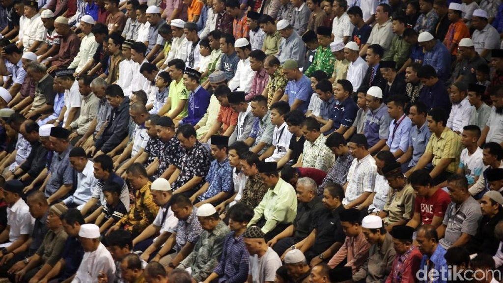 Suasana Salat Gerhana Matahari di Masjid Istiqlal