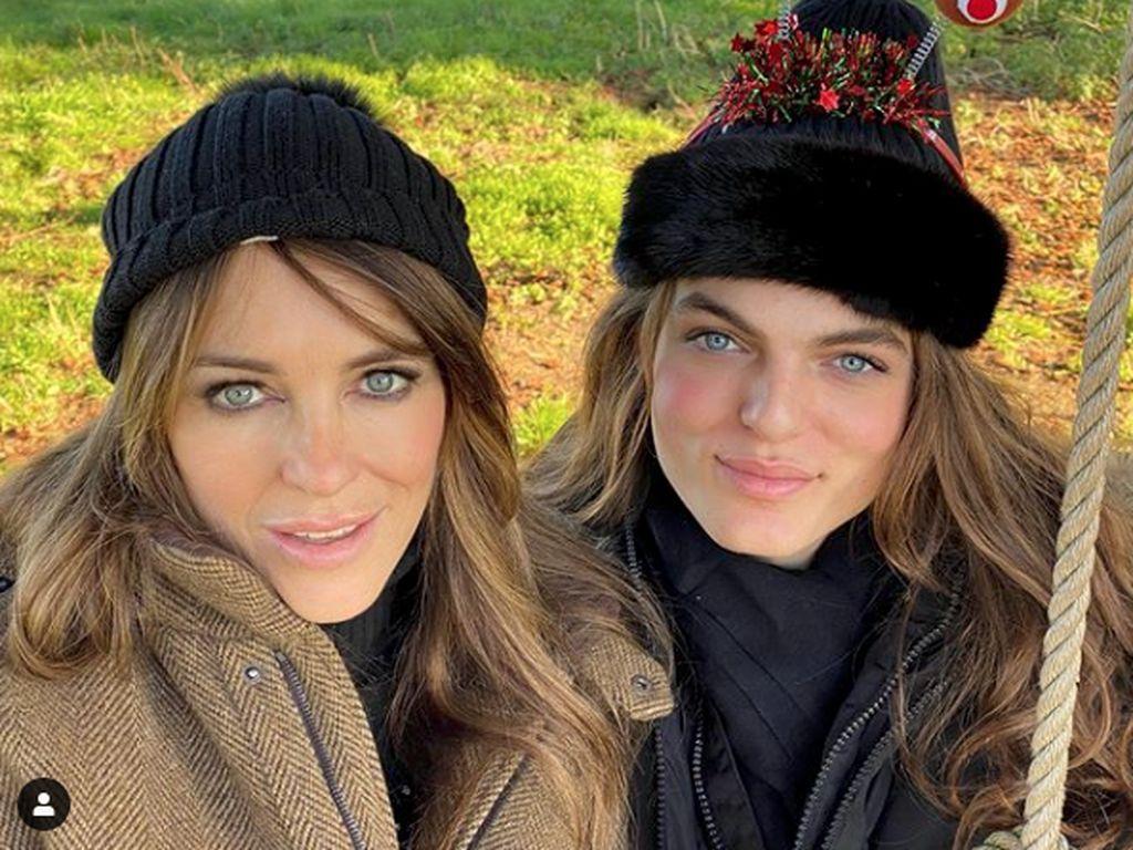 Bikin Heboh, Gaya Kembaran Liz Hurley dan Putranya di Kartu Natal