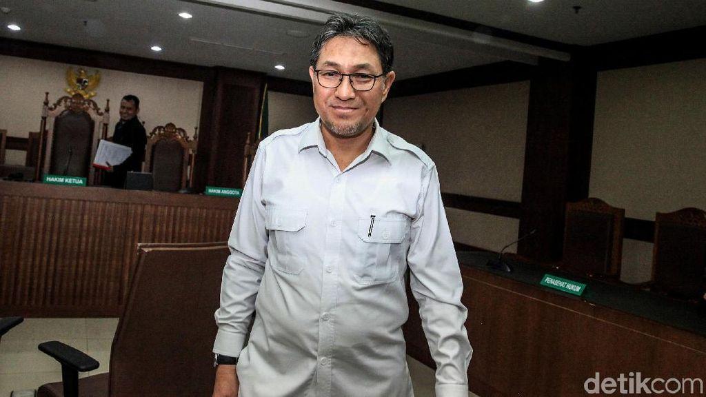 Senyum Eks Anggota DPR Sukiman Usai Didakwa Terima Suap Rp 2,9 M