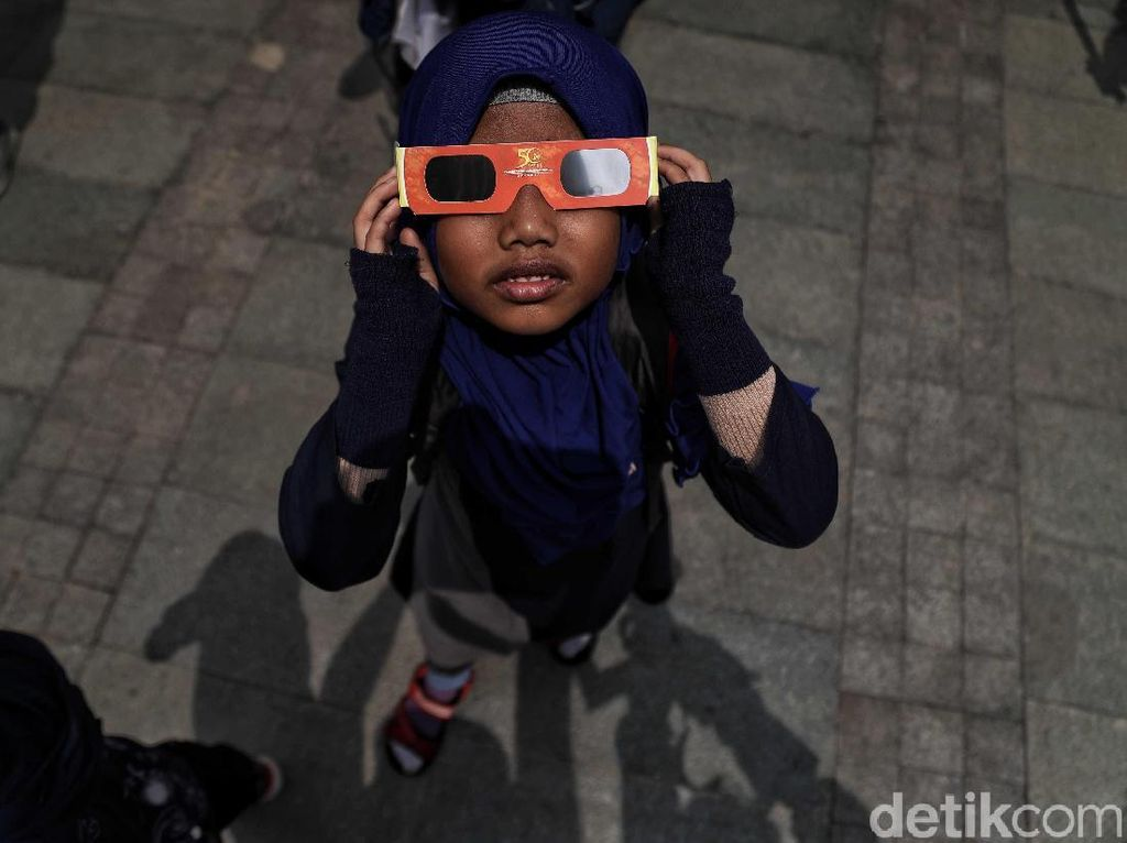 Warga Antusias Banget Lihat Puncak Gerhana Matahari Cincin di TMII