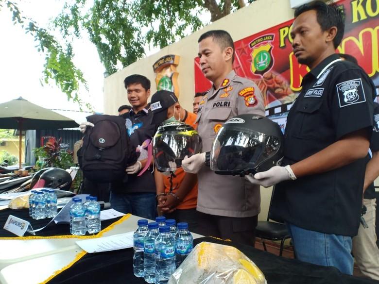 Pencurian helm di Bandara Soetta Foto: Polisi tangkap pencuri helm di Bandara Seokarno-Hatta (Faisal)