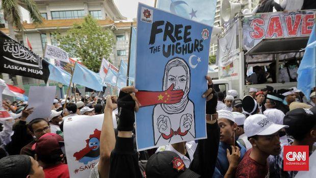Sejumlah masa melakukan aksi mengecam tindakan kekerasan pemerintah China terhadap muslim Uighur di kawasan Kedutaan Besar China. Jakarta, Jumat, 27 Desember 2019. CNNIndonesia/Adhi Wicaksono.