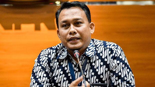 Pelaksana Harian (Plh) Juru Bicara KPK yang baru Ali Fikri menyampaikan konferensi pers di gedung KPK, Jakarta, Jumat (27/12/2019). Dalam kesempatan tersebut, Firli Bahuri mengenalkan dua Pelaksana harian (Plh) juru bicara KPK antara lain Ipi Maryati dalam bidang pencegahan dan Ali Fikri dalam bidang penindakan. ANTARA FOTO/M Risyal Hidayat/wsj.