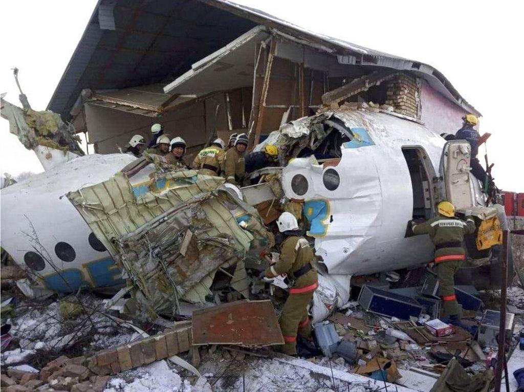 Begini Proses Evakuasi Pesawat Jatuh di Kazakhstan