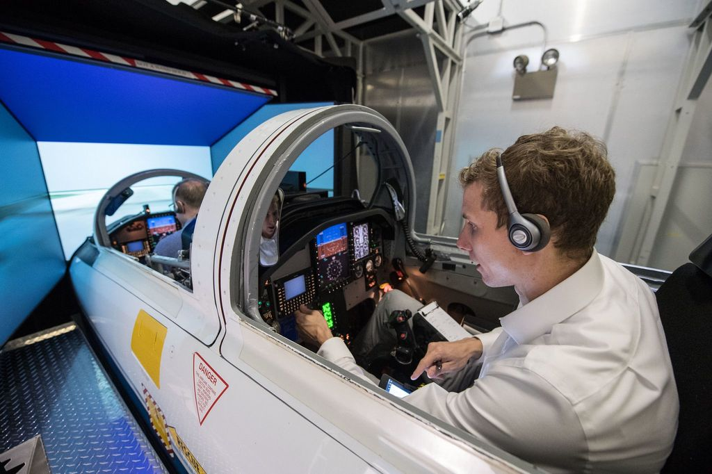 Calon astronot NASA, Warren Hoburg mengikuti latihan simulasi pesawat jet T-38 bersama instruktur. Foto: NASA/James Blair