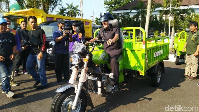 Bupati Ciamis Herdiat Sunarya mencoba motor roda tiga pengangkut sampah. (Foto: Dadang Hermansyah/detikcom)