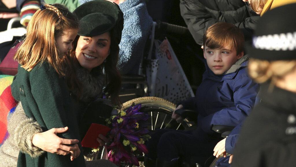 Foto: Momen Manis Putri Charlotte Memeluk Wanita Difabel di Hari Natal