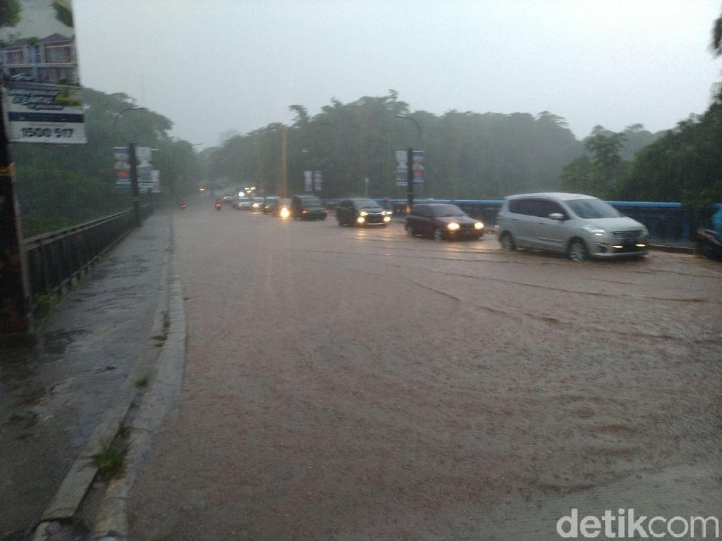 Hujan Deras di Depok, Jalan dan Jembatan Tergenang Air