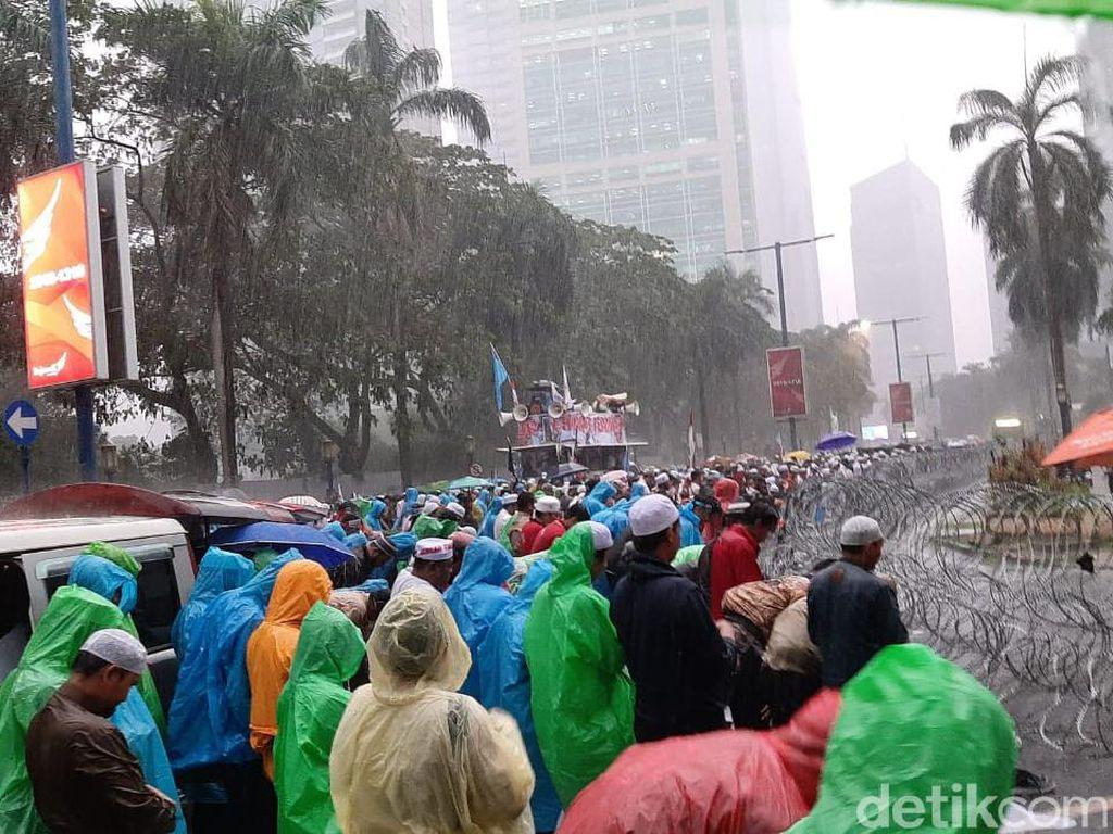 Diguyur Hujan, Massa Bela Uighur di Kedubes China Lanjut Aksi