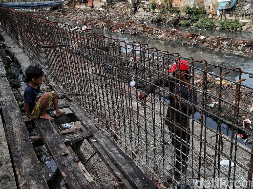 Tanggul, Bentengi Kampung Rawa Johar Baru dari Banjir