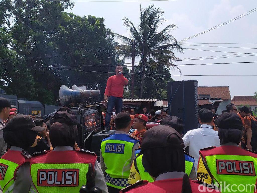 Pelantikan 92 Panwascam di Cianjur Diwarnai Aksi Unjuk Rasa