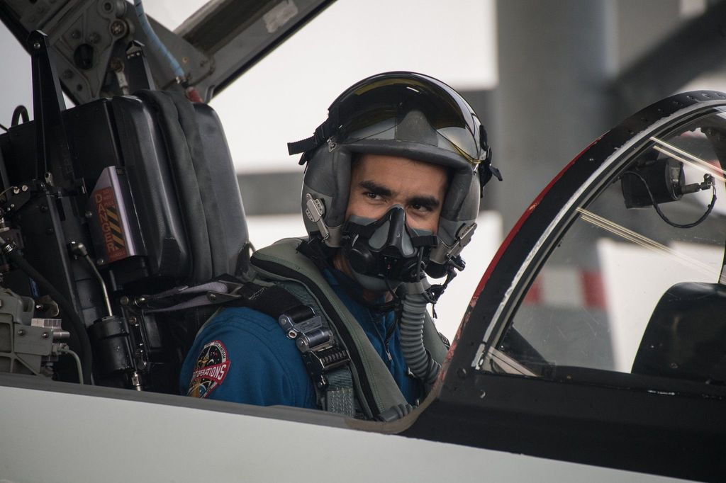 Calon astronot NASA, Raja Chari saat latihan menerbangkan pesawat jet T-38. Foto: NASA/James Blair