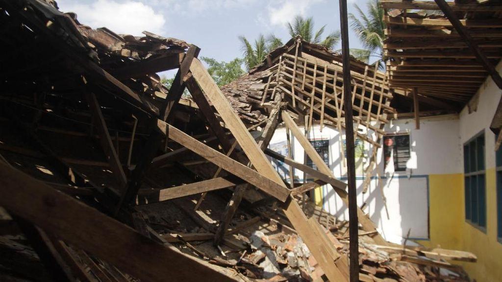 Ngeri! Bangunan SD di Sukabumi Ambruk Akibat Gempa