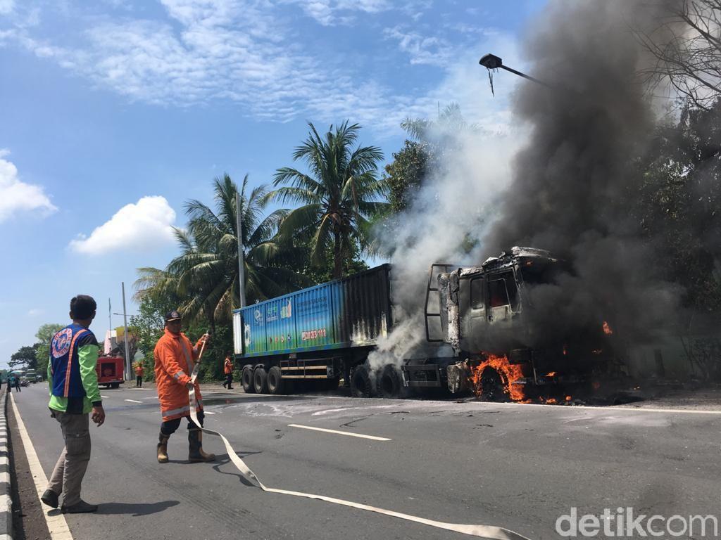 Truk Angkut Gas Ludes Terbakar di Bypass Mojokerto, Lalin Dua Arah Ditutup